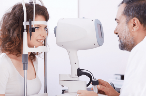 Kobieta leczy jaskrę u okulisty.